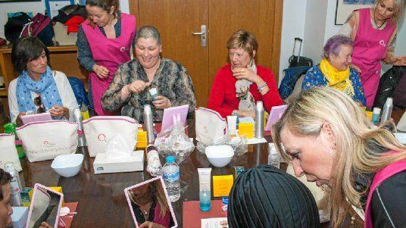 El Hospital Juan Ramón Jiménez inicia los talleres 'Ponte guapa, te sentirás mejor' para pacientes con cáncer