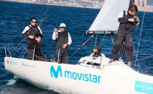 El 'Bribón-Movistar' se afianza como líder en las Barcelona Winter Series, contando en su tripulación con Ricardo Terrades (con gorra blanca) del RCMT de Punta Umbría. / Foto María Yriarte.