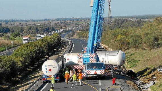 Trabajan en el trasvase del gas propano del camión accidentado este lunes en la A-49