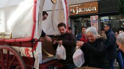 Una 'Carreta solidaria' recorre el centro de Huelva recogiendo alimentos para los más necesitados