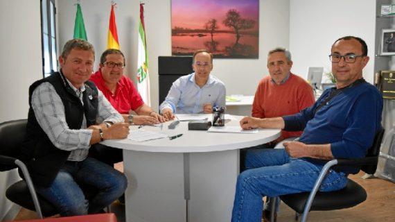 Hinojos refuerza su apuesta por el deporte con la firma de convenios anuales con tres clubes
