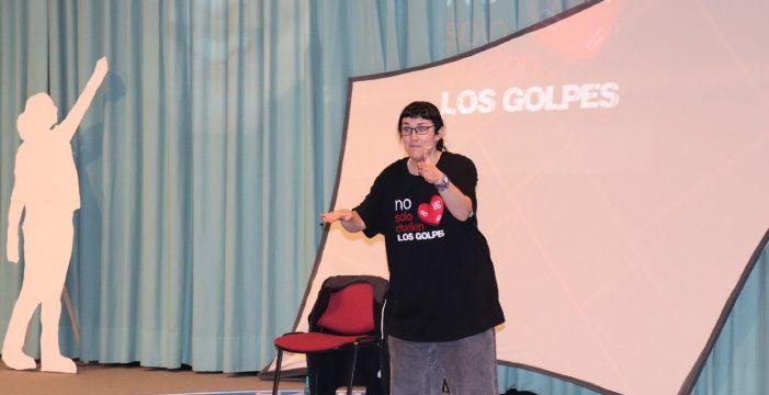 Pamela Palenciano, azote del machismo con mucho humor como colofón de los actos de la UHU por el 8 de Marzo