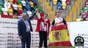 Blanca Betanzos, en el podio con la bandera de España, en la ceremonia de entrega de medallas de los 200 metros.