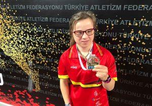 Blanca Betanzos con la medalla de oro en los 60 metros lisos en Turquía. / Foto: @LaLigaSports.