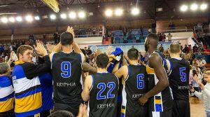 Los jugadores del CDB Enrique Benítez celebran una nueva victoria, ésta ante el que era líder.