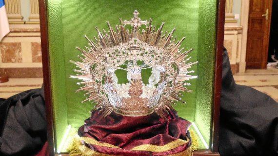 Presentada en el Ayuntamiento de Huelva una nueva corona para la Virgen de La Soledad