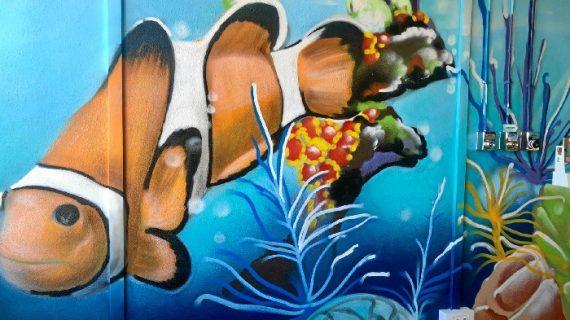 El artista urbano Jacobo Palos finaliza la ambientación de la unidad de cuidados paliativos pediátricos