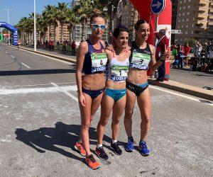 Las tres primeras clasificadas en la prueba de los 20 kilómetros del Nacional de marcha en Oropesa de Mar, con Laura García-Caro como tercera. / Foto: @atletismoRFEA.
