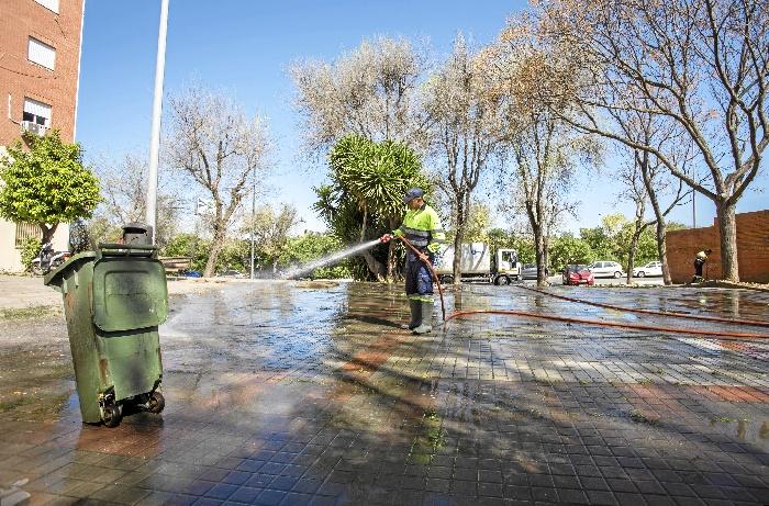 El plan de choque de limpieza avanza por la ciudad cubriendo hasta el momento una veintena de barriadas