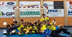 Los jugadores del juvenil del Pedro Alonso Niño celebrando el ascenso. / Foto: @CBMPAN.