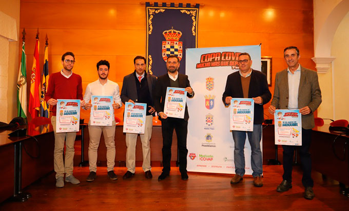 Un momento de la presentación en Moguer de la fase provincial de la Copa Covap de fútbol y baloncesto base.