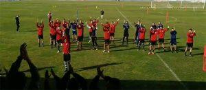 Los jugadores del Recre participan en los cánticos con los aficionados de la Grada 20D. / Foto: @AlexMartinezAHR.