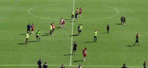 Los jugadores recreativistas saludan a sus aficionados en Almería. / Foto: Captura TV Footers.