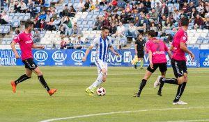 Iago Díaz fue de los jugadores del Recre más incisivos en el partido ante el Marbella. / Foto: Pablo Sayago.