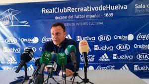 José María Salmerón, entrenador del Recreativo de Huelva, en su comparecencia ante los medios. / Foto: @recreoficial.