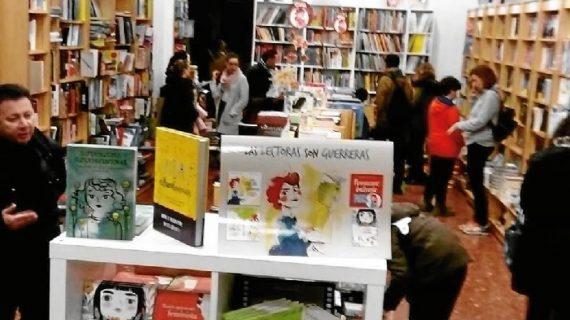 Un escritor se atrinchera en una conocida librería del centro de Huelva