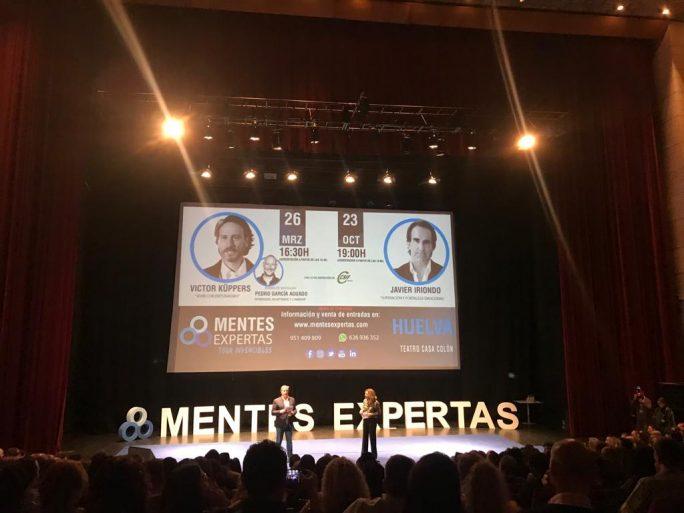 Más de 800 personas asisten a la conferencia de Víctor Küppers en el Palacio de Congresos de la Casa Colón