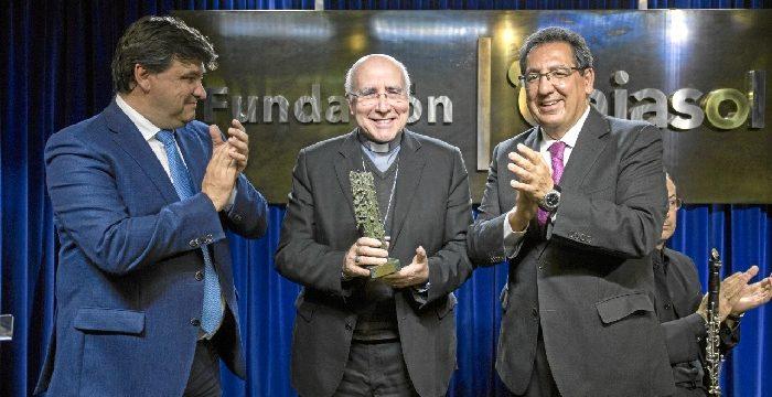 El Obispo José Vilaplana recibe el I Premio Gota a Gota de la Fundación Cajasol
