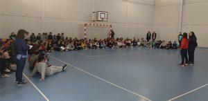 Un momento de la visita de las jugadoras al colegio Hermanos Pinzón, de Palos de la Frontera.