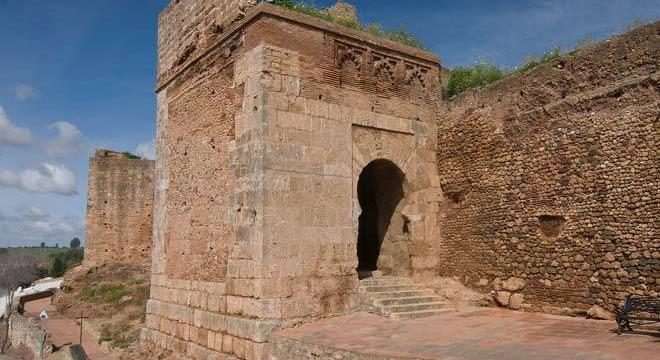 Cultura rehabilitará la Puerta del Agua y los lienzos de la muralla de Niebla