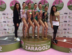 Las entrenadoras y las gimnastas, con el oro logrado en Zaragoza.