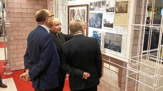 El obispo de Huelva visita la exposición de Semana Santa 'Cera y Ruán'