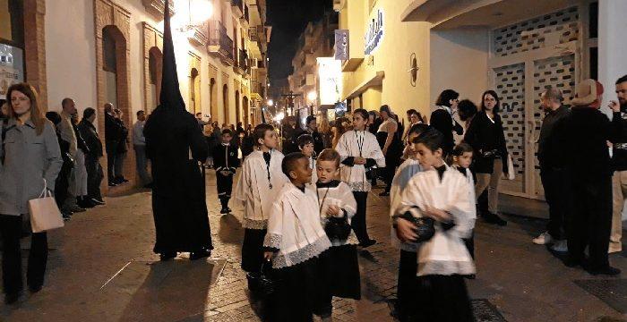Silencio y solemnidad marcan un año más la salida del Cristo de la Misericordia