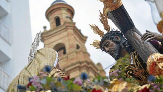 Huelva se rinde al paso de la Hermandad de Tres Caídas en el Lunes Santo onubense