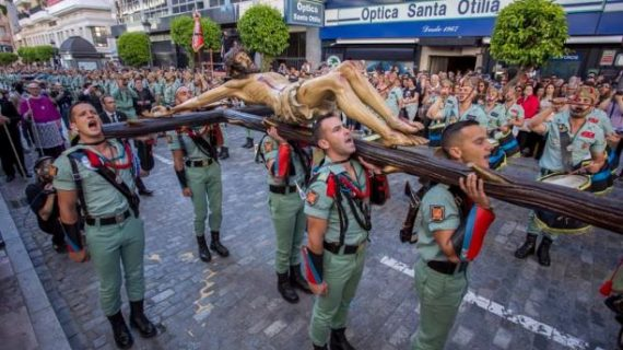 Huelva arropa al Cristo de la Vera Cruz en su salida procesional con la Legión en una jornada histórica