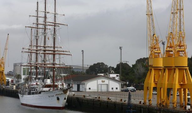 El atraque del buque de cruceros MS Sea Cloud deja una bella estampa en el Muelle de Levante del Puerto de Huelva