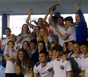 Alegría de los componentes del CN Huelva tras ganar de nuevo el Provincial de natación.