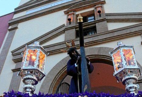 La solemne salida de Calvario provoca gran expectación entre devotos y onubenses