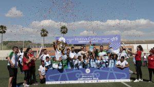 Momento en el que el Málaga levanta el trofeo como ganador del torneo en Prebenjamín.