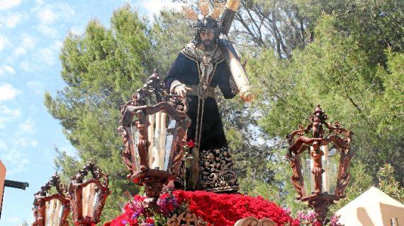 Un espléndido Domingo de Ramos guía al Cristo de la Redención en su anual procesión