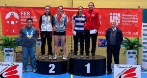 Haideé Ojeda en lo más alto del podio tras ganar el dobles femenino junto a Laura Molina.