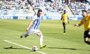 En el tiempo que estuvo en el campo, Iago Díaz fue de los jugadores más incisivos en el Recre. / Foto: Pablo Sayago.