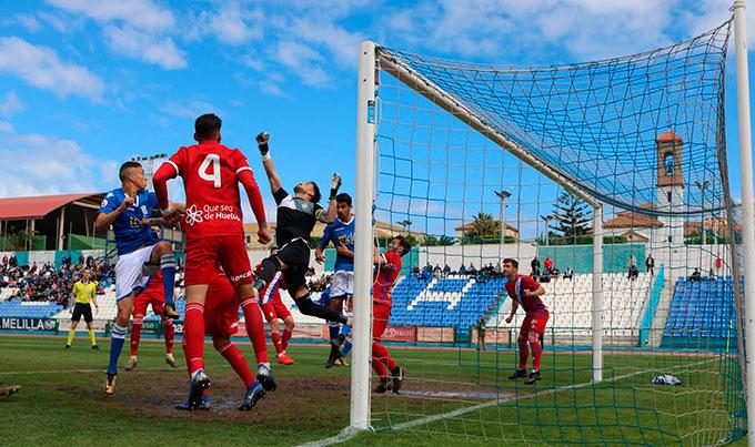 Momento de un gol clave, el encajado en Melilla en el tiempo añadido y que, de momento, aparta al Recre del primer puesto. / Foto: @UDMelilla.