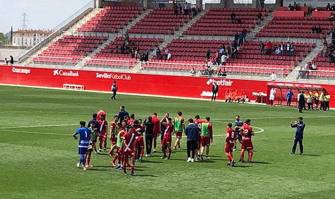 Los jugadores del Recre agradecen a su afición el apoyo durante el partido. / Foto: P. C.