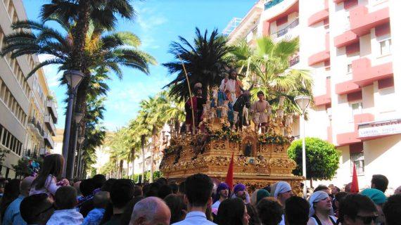 La Borriquita procesiona en el Domingo de Ramos de Huelva arropada por los onubenses