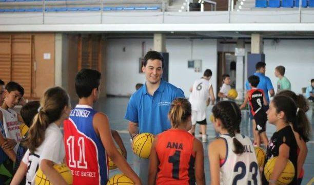 El puntaumbrieño Germán Coronel entrena a un equipo de baloncesto en Dinamarca mientras finaliza la carrera de Periodismo
