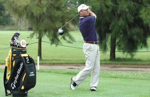 Juan Agüera, 'docente' del golf en el campo de Isla Canela. / Foto: J. L. Rúa.