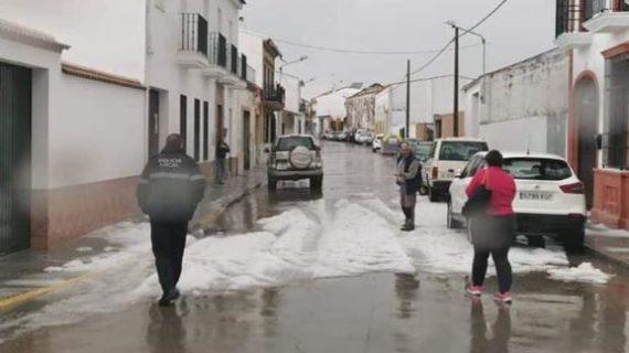 Una granizada y una pequeña nevada sorprenden a los vecinos de localidades como Beas, Tharsis y Valverde