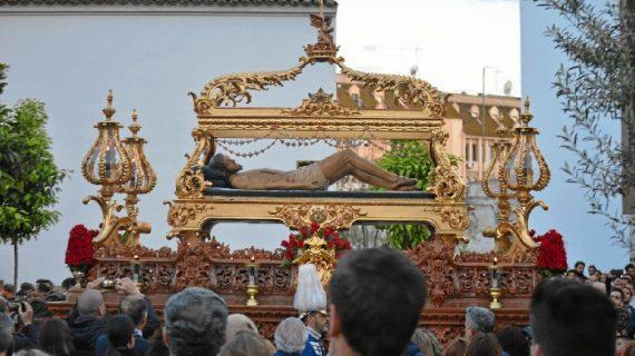La Hermandad del Santo Entierro consigue alzarse entre las nubes y realizar con éxito su salida procesional