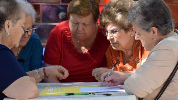 Gimkana al aire libre para despedir el curso del Taller de la Memoria en Hinojos