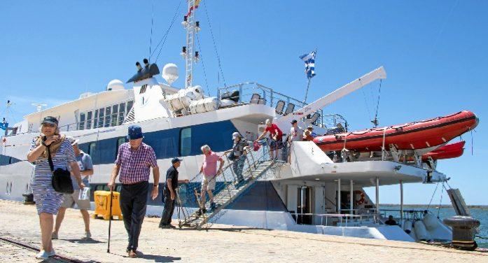Atraca en Huelva el megayate de cruceros de lujo 'Harmony V'