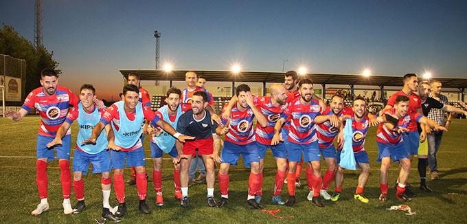 Celebración de los jugadores del Aroche el triunfo obtenido en Bollullos hace siete días. / Foto: Antonio Alcalde.