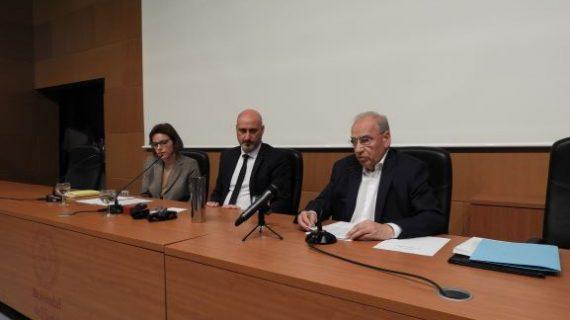 Alfonso Guerra desgrana la vida y obra de Antonio Machado en una multitudinaria conferencia en la UHU