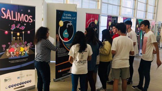 Los jóvenes valverdeños participan en la exposición 'Salimos', diseñada para prevenir el consumo de alcohol