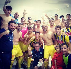 Los jugadores del Isla Cristina celebraron en el vestuario el triunfo ante el Torreblanca. / Foto: @C1fu5.