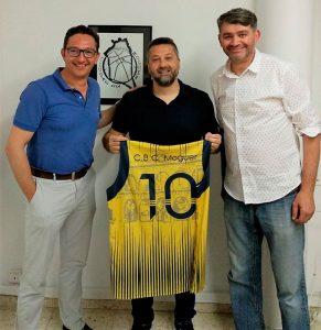 Óscar Aleu Serra, junto a los responsables del Club Baloncesto Ciudad de Moguer.